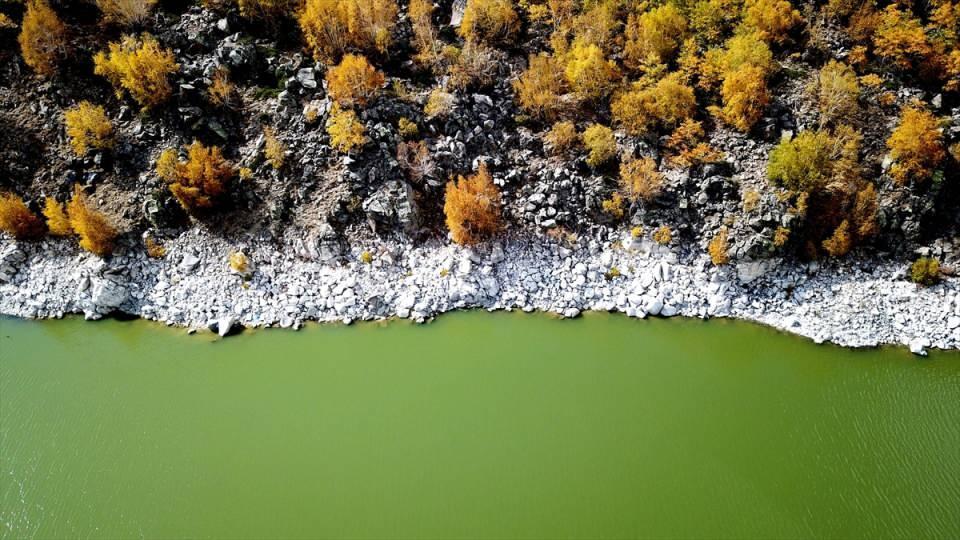 <p>Fotoğraf sanatçısı Fatih Bilgiç, AA muhabirine, Nemrut Krater Gölü'ne sonbahar fotoğrafları çekmeye geldiklerini söyledi.</p>  <p></p>