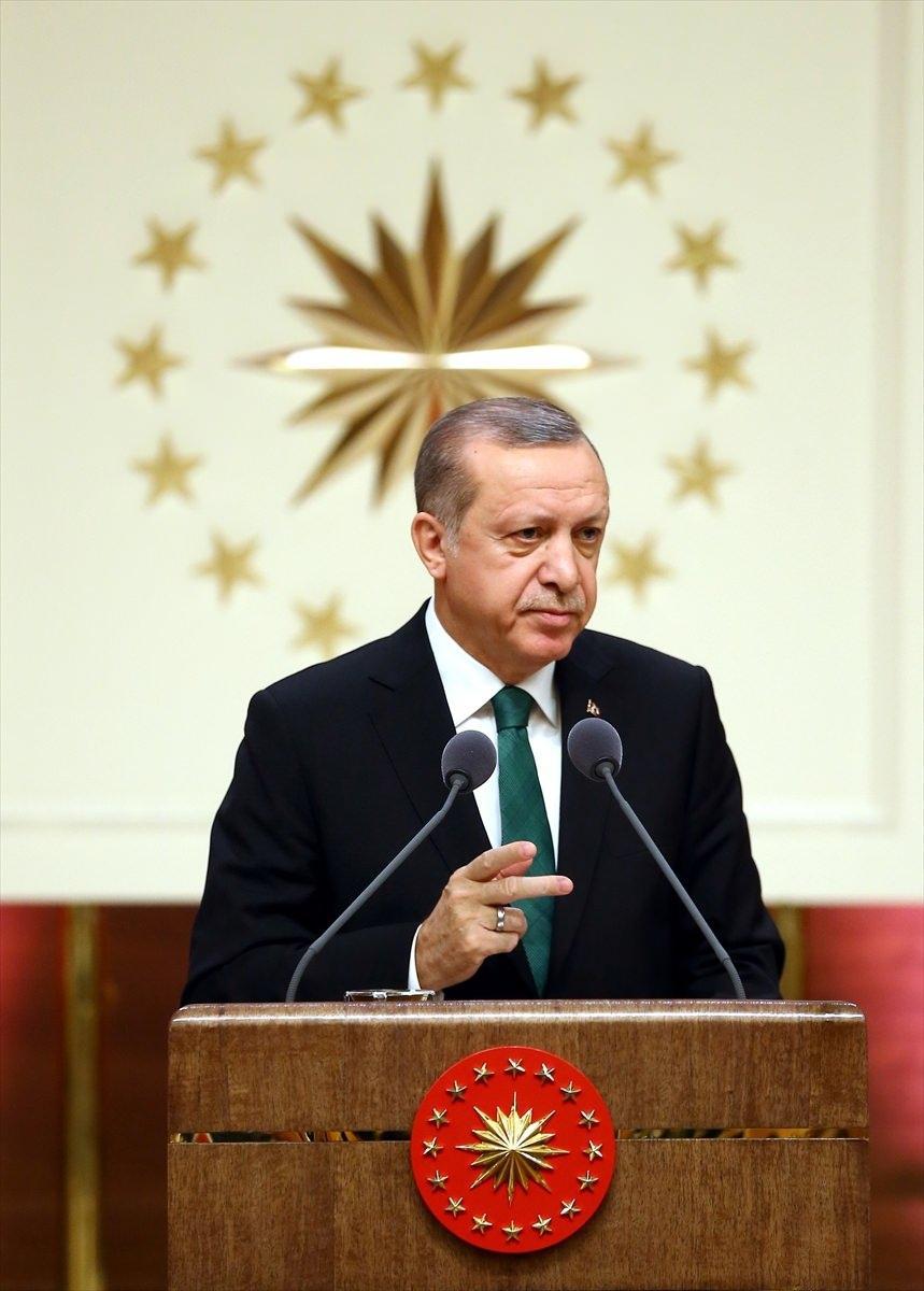 <p>Türkiye'de Ar-Ge harcamalarının ilk defa 2015'te 20 milyar doları aştığını, milli gelire oranının 14 yılda yüzde 0,5'ten yüzde 1,06 çıkarıldığını, yeterli olmayan bu oranın yüzde 3'e çıkarılacağını vurgulayan Erdoğan, özel sektörün de Ar-Ge çalışmalarına katkı vermesi gerektiğine değindi.</p>  <p></p>