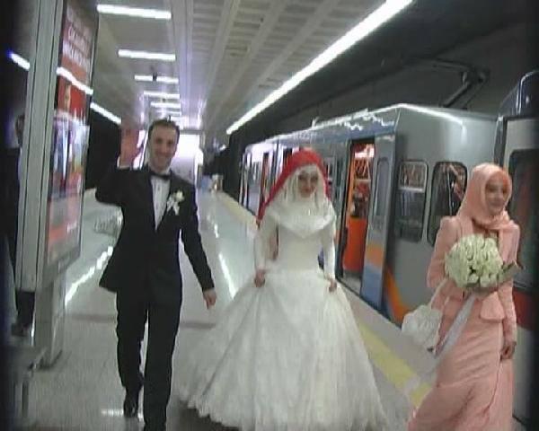 Gelin ve damat düğüne tramvay ile gitti