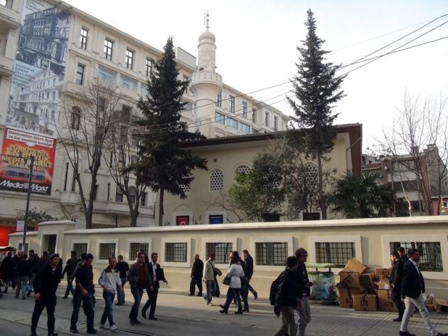 Beyoğlu İstiklal Caddesi'nde bulunan ve Gölcük depreminde hasar gördükten sonra restore edilen 400 yıllık tarihi Hüseyin Ağa Camii, yarın ibadete açılıyor.