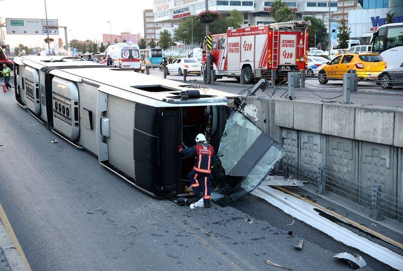 <p>Çarpmanın etkisiyle araç yaklaşık 5 metre yüksekliğindeki manevra alanına düşen metrobüs yan yattı. Aracın camlarının kırılmasıyla yolcular kendi imkanlarıyla dışarı çıktı.</p>
