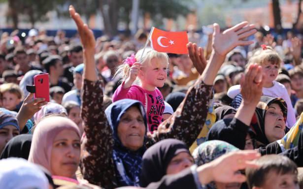 <p>Cumhurbaşkanı Recep Tayyip Erdoğan, eşi Emine Erdoğan ile Gaziantep'in İslahiye ilçesindeki çadır kentte barınan Suriyeli sığınmacıları ziyaret ederek, onlara hitaben bir konuşma yaptı.</p>