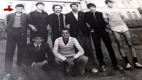 <p>Özel Kuvvetler Komutanı Korgeneral Zekai Aksakallı, Erzurum Lisesi'nde okurken 17 yaşında Dünya Kros Şampiyonası'na katılarak Türkiye'yi temsil etmiş. 15 Temmuz'da darbecilere karşı direnen şimdi de Suriye'deki Fırat Kalkanı operasyonunu yöneten evli ve iki çocuk babası Aksakallı, 1977 yılında Erzurum Lisesi'nde okurken takım halinde önce Türkiye şampiyonluğunu kazandı, ardından Avusturya'da yapılan liseler arası Dünya Kros Şampiyonası'nda ülkemizi temsil etti.</p>  <p></p>
