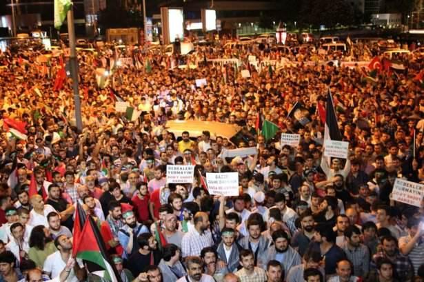 <p>Türkiye'nin pek çok kentinde İsrail'in Gazze'ye yönelik saldırıları, düzenlenen eylemlerle protesto edildi. İstanbul ve Ankara başta olmak üzere çok sayıda ilde, Gazze'deki saldırılarda hayatını kaybedenler için protesto gösterileri düzenlendi.</p>