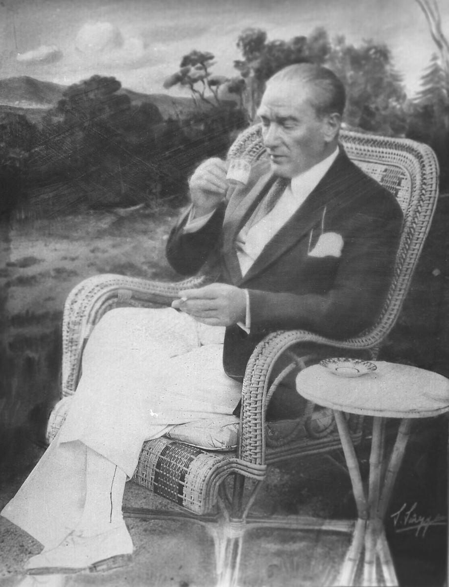 <p>Mustafa Kemal Atatürk, Atatürk Orman Çiftliği'nde (AOÇ) kahvesini içerken.<br /> <br /> 17 Haziran 1932</p>