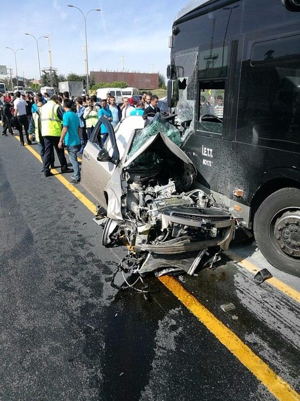 <p>Metrobüs yolunun Sefaköy ile Yenibosna durağı arasında kaza meydana geldi.</p>  <p></p>