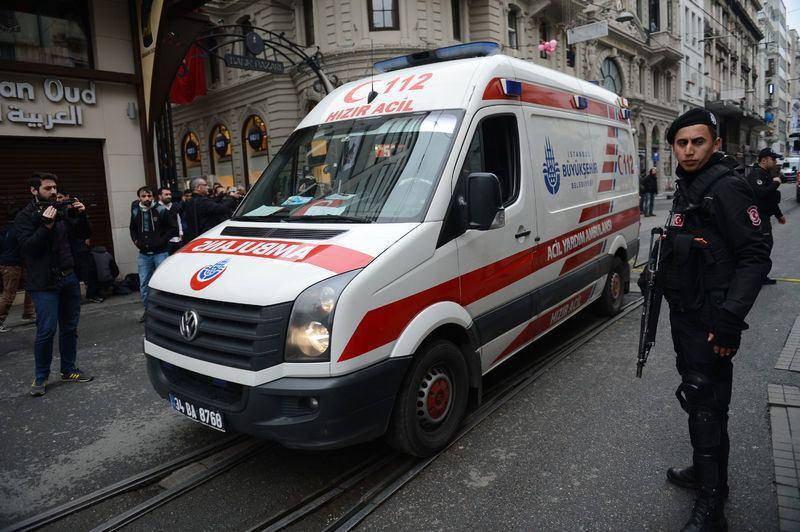 <p>İstanbul'un en meşhur caddesi İstiklal Caddesi'nde sabah saatlerinde bir patlama meydana geldi. İşte olay yerinden ilk kareler...</p>  <p></p>