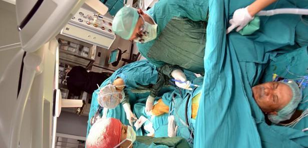 Doktorlarla sohbet ederek kalp ameliyatı oldu