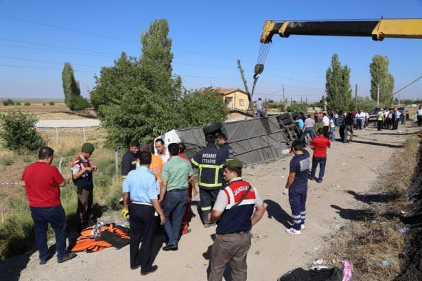 <p>İstanbul'dan Hatay'a giden yolcu otobüsü Aksaray'a 20 kilometre kala devrildi. Korkunç kazada 8 kişi öldü, 15 kişi yaralandı.</p>