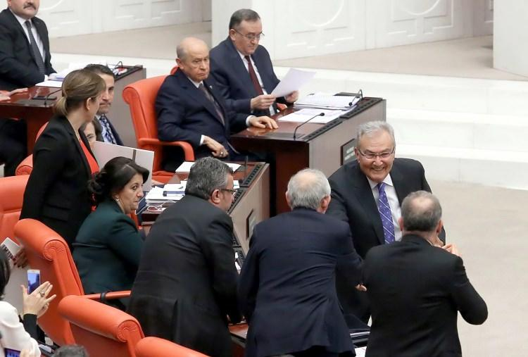 <p>Oturumlar esnasında parti liderleri Genel Kurul'da yerlerini aldı. Ayrıca CHP'de Deniz Baykal'ın daha aktif rol aldığı görüldü.</p>