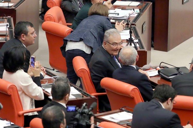 <p>Deniz Baykal ve Kemal Kılıçdaroğlu'nun yan yana olduğu karelerden biri...</p>