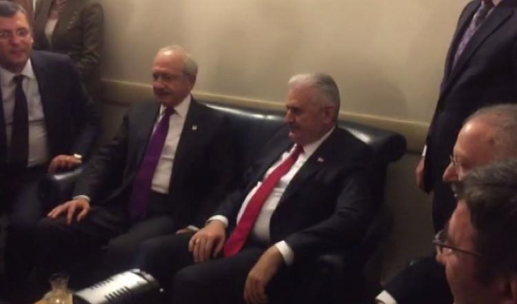 <p>Başbakan Binali Yıldırım, CHP kulisine uğradı, Kılıçdaroğlu ile bir süre sohbet etti.</p>