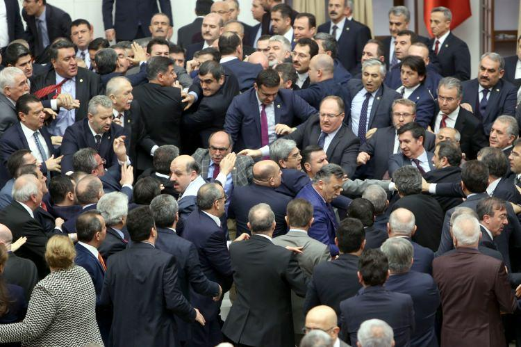 <p>Yine kavgalar esnasında CHP'li vekil Niyazi Nefi Kara, AK Parti'li Fatih Şahin'e yumruk attı.</p>
