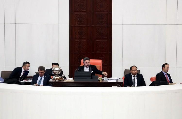 <p>İlk tur görüşmelerini AK Parti Adıyaman Milletvekili, TBMM Başkanvekili Ahmet Aydın yönetti. Aydın, oturumların sembol isimlerinden birisi oldu ve başarılı yönetimiyle dikkat çekti.</p>