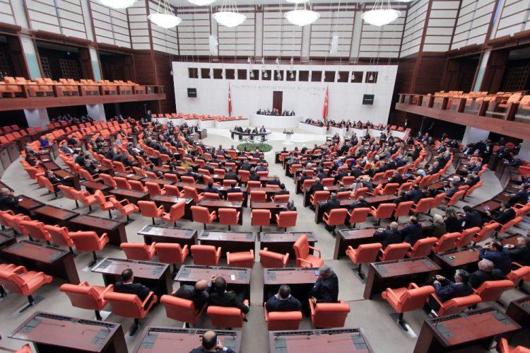 <p>AK Parti'nin teklif ettiği, MHP'nin de destek verdiği, Cumhurbaşkanlığı sistemini içeren anayasa değişikliği teklifi TBMM'de görüşüldü. İlk tur görüşme 7 gün sürdü, ortaya uzun yılllar unutulmayacak kareler çıktı.</p>  <p>DERLEYEN: Ömer Çamoğlu</p>