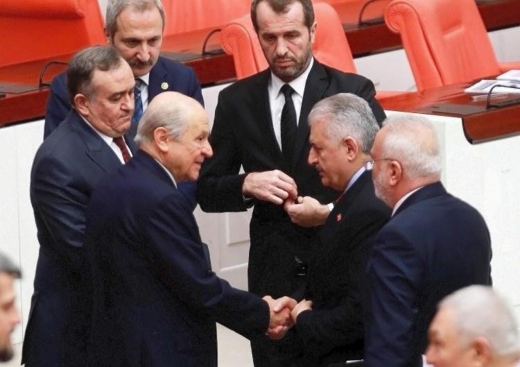 <p>Görüşmeler esnasında Başbakan Binali Yıldırım ve MHP lideri Devlet Bahçeli Genel Kurul'da zaman zaman bir araya geldi.</p>