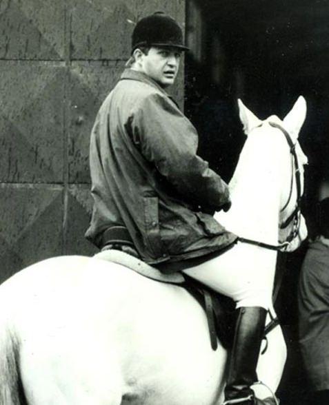<p>1960 yılında doğan Koç, evli ve iki kız çocuğu babasıdır. Golf , binicilik, havacılık ve scuba ile ilgili alanlarda aktif sporcu olan Koç İngilizce ve Almanca biliyordu.</p>  <p></p>