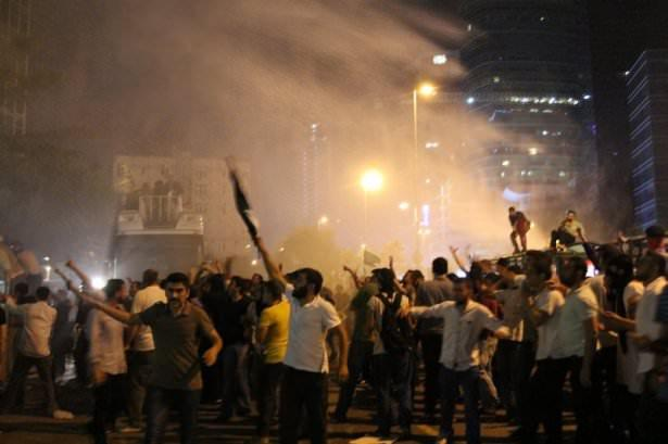 <p>Protestoya katılan kalabalık dağılmaya başladığı sırada bir grup, Başkonsolosluğun bulunduğu plazaya doğru taş, pet şişe, maytap ve havai fişek atmaya başladı. Bir polis memuru, yüzüne isabet eden taşla hafif yaralandı.</p>