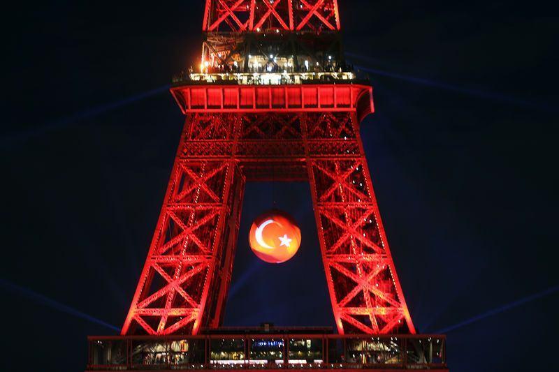 Eyfel kulesi 'Kırmızı beyaz'