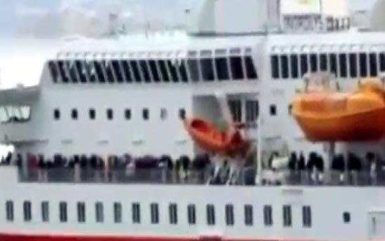 <p>Yunan yetkililer, yakınlarda bulunan gemilerden, feribotta bulunan yolcuları almalarını istedi.</p>  <p></p>