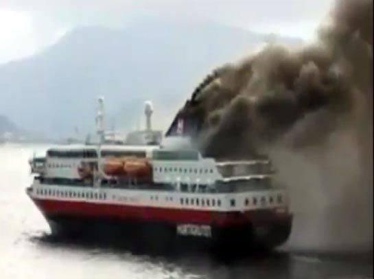 <p>Yunanistan Ege ve Denizcilik Bakanı Miltiadis Varvitsiotis, şimdiye kadar 35 yolcunun yakındaki bir gemiye alındığını söyledi.</p>  <p></p>