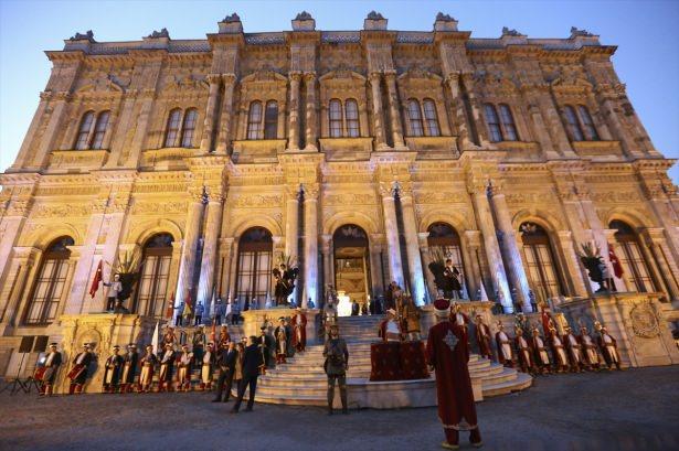 <p>Dolmabahçe Sarayı Büyük Muayede Salonu'nda düzenlenen yemek öncesi konukları Dışişleri Bakanı Mevlüt Çavuşoğlu ile eşi Hülya Çavuşoğlu karşıladı.</p>  <p></p>