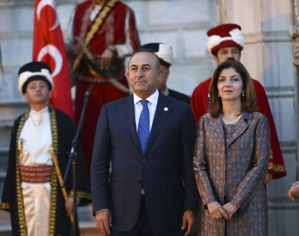 <p>Yemeğe katılan ve aralarında BM Genel Sekreteri Ban Ki-mun, Azerbaycan Cumhurbaşkanı İlham Aliyev ve Filistin Devlet Başkanı Mahmut Abbas'ın bulunduğu heyet başkanları da tabloda kendi bölümlerini imzaladı.</p>