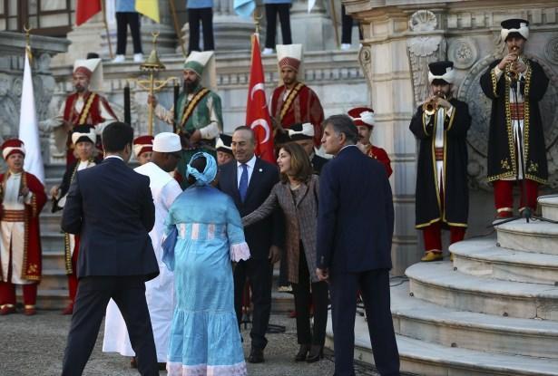 <p></p>  <p>Cumhurbaşkanı Erdoğan ve eşi Emine Erdoğan ise mehter takımının çaldığı Devlet Marşı ile salona giriş yaptı.</p>  <p></p>