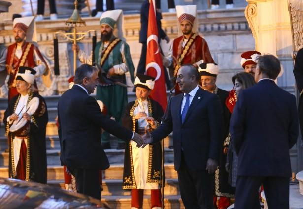 <p>Cumhurbaşkanı Recep Tayyip Erdoğan, Dünya İnsani Zirvesi'ne katılan heyet başkanları onuruna akşam yemeği verdi. Erdoğan Dünya liderlerini mehterle karşıladı</p>