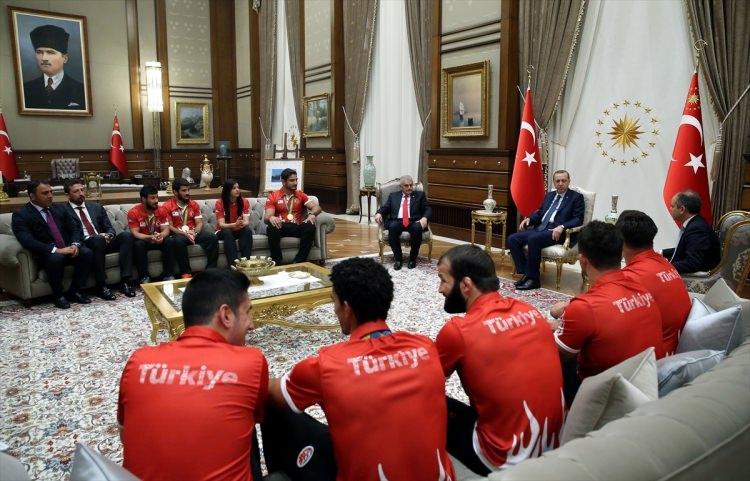 Erdoğan madalya kazanan milli sporcuları ağırladı