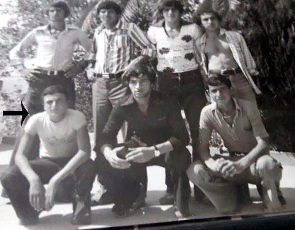 """<p>Dünya Kros Şampiyonası'nda Zekai Aksakallı ile birlikte yarışarak dünya şampiyonu olan ve Bursa'da yaşayan iş adamı 57 yaşındaki Mithat Laloğlu ise """"Zekai Paşa ile lise yıllarında birlikte antrenman yaptık, aynı takımda ülkemizi Avusturya'da temsil ettik. Yaklaşık beş yıl birlikteydik, birbirimizin formalarını, eşofmanlarını giyerdik. Harp okulunu düşündüğü için düz liseye yani Erzurum Lisesi'ne gelmişti. Sonra harp okuluna kaydını yaptırdı. Günde ortalama 30-40 kilometre koşardık.</p>  <p></p>"""
