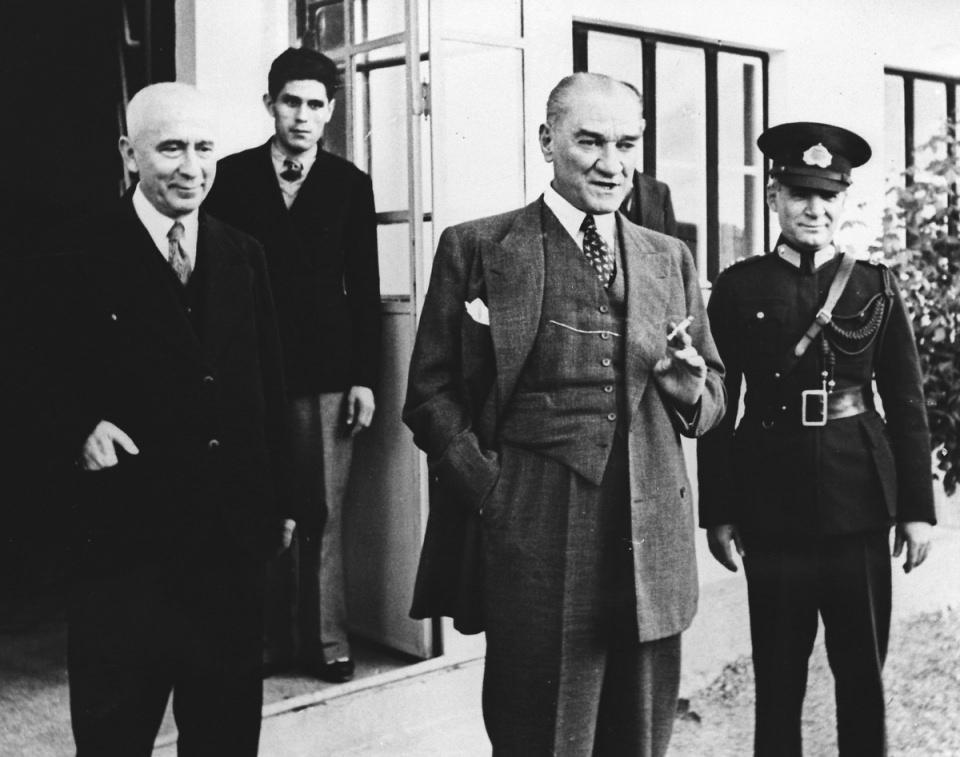 <p>Mustafa Kemal Atatürk, Yeşilköy'de havacılık çalışmalarını incelerken.<br /> <br /> 1 Ocak 1936</p>