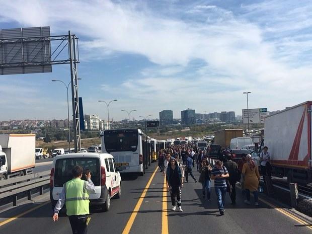 <p>Karşı yönden gelen metrobüs ile kafa kafaya çarpışan otomobilin sürücüsü ağır yaralandı.</p>  <p></p>