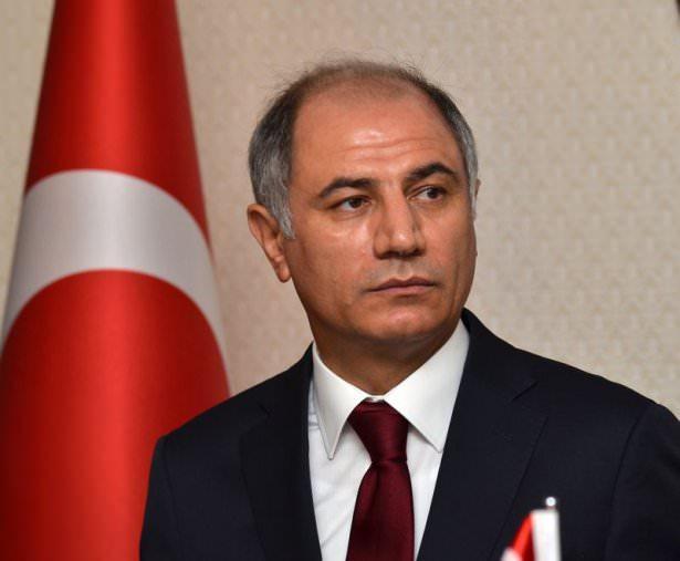 <p><strong>İçişleri Bakanı Efkan Ala</strong><br /> <br /> İstanbul Üniversitesi Siyasal Bilgiler Fakültesi'nden 1987 yılında mezun olan Ala, iki yıl Sakarya Valiliği maiyet memurluğu, bir yıl İngiltere'de hizmet içi eğitim yaptıktan sonra, ikişer yıl Dernekpazarı ve Kabataş ilçelerinde kaymakamlık, Tunceli'de vali yardımcılığı görevlerinde bulundu.</p>  <p>Ala, İçişleri Bakanlığı'nda Eğitim Şube Müdürlüğü, İller İdaresi Daire Başkanlığı, Turizm Bakanlığı'nda Eğitim Genel Müdürlüğü ve Müşavirlik yaptı.</p>  <p>Batman Valiliğinden, 14 Eylül 2004'te Diyarbakır Valiliğine atanan Ala, 10 Eylül 2007'den sonra Başbakanlık Müsteşarlığı görevine getirildi. Ala, evli ve iki çocuk babası.</p>