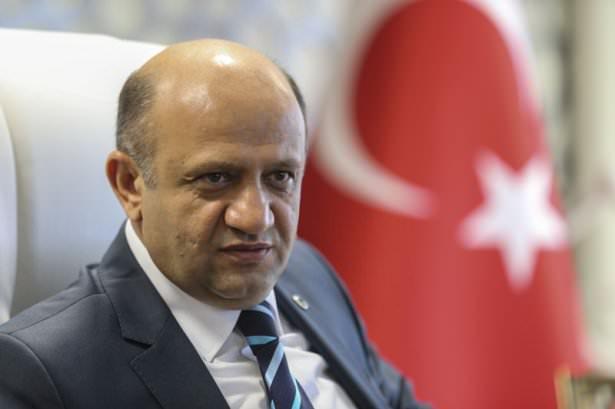 <p><strong>Bilim Sanayi ve Teknoloji Bakanı Fikri Işık</strong><br /> <br /> AK Parti Kocaeli Milletvekili Fikri Işık, 13 Eylül 1965'te Gümüşhane'nin Babacan köyünde doğdu, Orta Doğu Teknik Üniversitesi Eğitim Fakültesi Matematik Öğretmenliği Bölümünü bitirdi.</p>  <p>İzmit ve İstanbul'da özel okullarda İngilizce ve matematik öğretmenliği yapan Işık, gıda sektöründe yönetici olarak çalıştı. 20 Ekim 2001'de AK Parti Kocaeli Kurucu İl Yönetim Kurulu üyesi oldu. 22 Haziran 2003'ten itibaren 4 yıl AK Parti Kocaeli İl Başkanlığı görevini sürdüren Işık, 23. ve 24. dönemlerde AK Parti'den Kocaeli Milletvekili seçildi.</p>  <p>2007-2013 yılları arasında AK Parti Genel Merkez Teşkilat Başkanlığında Bölge Koordinatörü ve Teşkilat Başkan Yardımcısı olarak Türkiye'nin değişik bölgelerinde 47 ilin sorumluluğunu yürüten Işık, 31 Ocak 2013'te TBMM Milli Eğitim, Kültür, Gençlik ve Spor Komisyonu Başkanlığına seçildi.</p>  <p>ODTÜ Mezunlar Birliği Vakfı, Hereke Eğitim ve Kültür Yardımlaşma Derneği, Kızılay, Yeşilay, Ay Işığı Yetim ve Öksüz Çocuklar Yardımlaşma Derneği ile Kocaeli Gümüşhaneliler Vakfının üyesi olan Işık, iyi düzeyde İngilizce, orta düzeyde Arapça biliyor.</p>