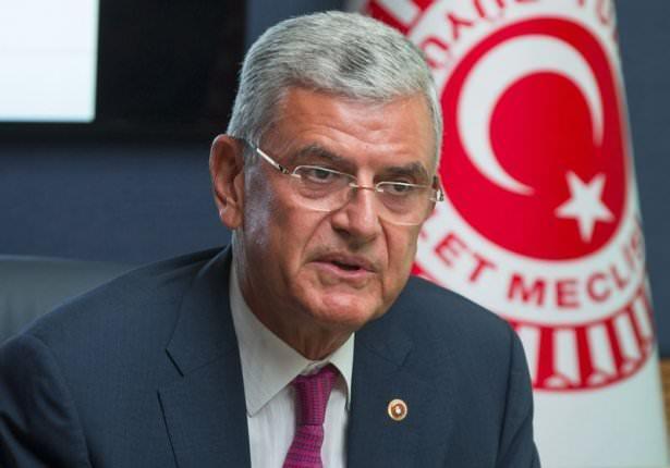 <p><strong>Avrupa Birliği Bakanı Volkan Bozkır</strong><br /> </p>  <p>Volkan Bozkır, 1950'de Ankara'da doğdu. Babasının adı Fethi, annesinin adı Sevgi'dir.</p>  <p>Büyükelçi, Diplomat; Ankara Üniversitesi Hukuk Fakültesini bitirdi.<br /> Dışişleri Bakanlığında sırasıyla, Stuttgart Başkonsolosluğu Muavin Konsolosu, Bağdat Büyükelçiliği Başkâtibi, OECD Daimi Temsilciliği Müsteşarı, New York Başkonsolosu, Bükreş Büyükelçisi ve AB nezdinde TC Daimi Temsilcisi görevlerinde bulundu. Başbakanlık Dışişleri Danışmanlığı, Cumhurbaşkanlığı Özel Kalem Müdürlüğü ve Dışişleri Başdanışmanlığı, AB Genel Sekreter Yardımcılığı, Dışişleri Bakanlığı AB'den Sorumlu Müsteşar Yardımcılığı ve AB Genel Sekreterliği görevlerini yürüttü. Romanya Ulusal Liyakat Madalyası sahibidir.<br /> 24. Dönemde TBMM Dışişleri Komisyonu Başkanlığına ve Türkiye-ABD Parlamentolararası Dostluk Grubu Başkanlığına seçildi.<br /> Çok iyi düzeyde İngilizce ve Fransızca bilen Bozkır, evli ve 2 çocuk babasıdır.</p>