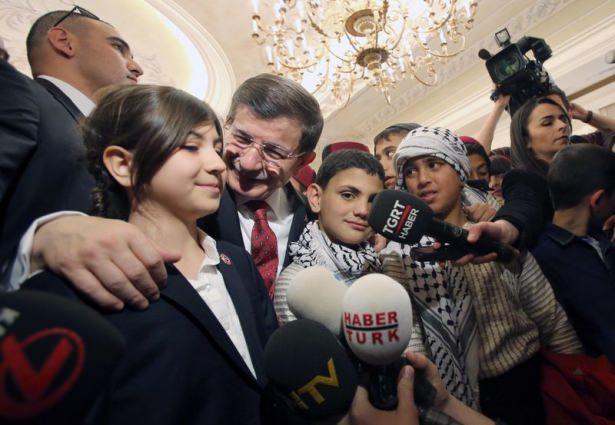 <p>Çocuklarla sohbet eden Davutoğlu'nun korumalığını bir günlüğüne gerçek korumasının kızı olan Ece Turhan yaptı.</p>  <p></p>