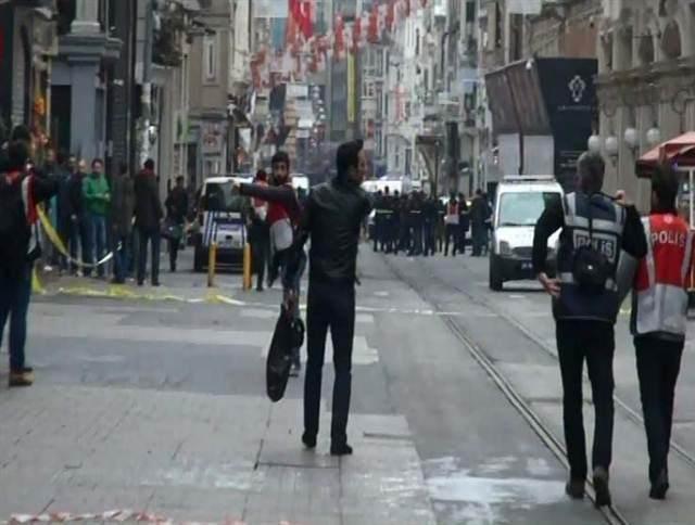 """<p><span style=""""color:#FFD700""""><strong>12:00</strong></span>- İstanbul Valisi: Canlı bomba ile birlikte 4 kişi hayatını kaybetti.</p>  <p></p>"""