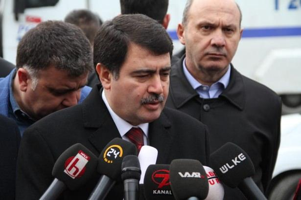 """<p><span style=""""color:#FFD700""""><strong>12:14</strong></span>- İstanbul Valisi Vasip Şahin olay yerine geldi ve yaptığı ilk açıklamada biri canlı bomba olmak üzere 5 kişinin öldüğünü, 21 kişinin de yaralandığını açıkladı.</p>  <p></p>"""