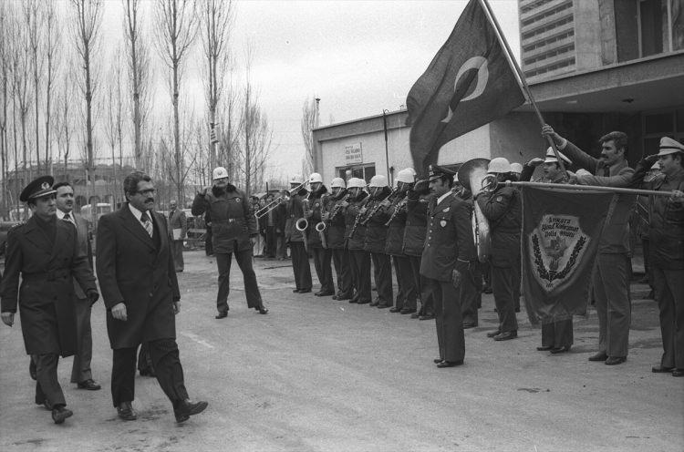 <p>İçişleri Bakanı Korkut Özal, 3 Ocak 1978'de Yusuf Kahraman Polis Okulu'nda mezuniyet törenine gelişinde Emniyet Genel Müdürü Vecdi Gönül (sol arka 2) ile birlikte.</p>