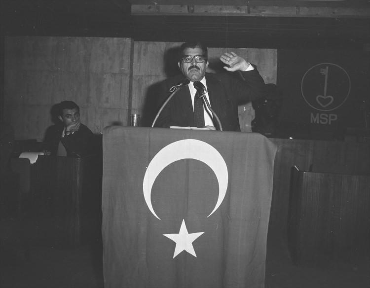 <p>Gıda Tarım ve Hayvancılık Bakanı Korkut Özal, 10 Şubat 1974'de Türkiye'nin Enerji ve Petrol sorunu hakkında konferans verirken.</p>