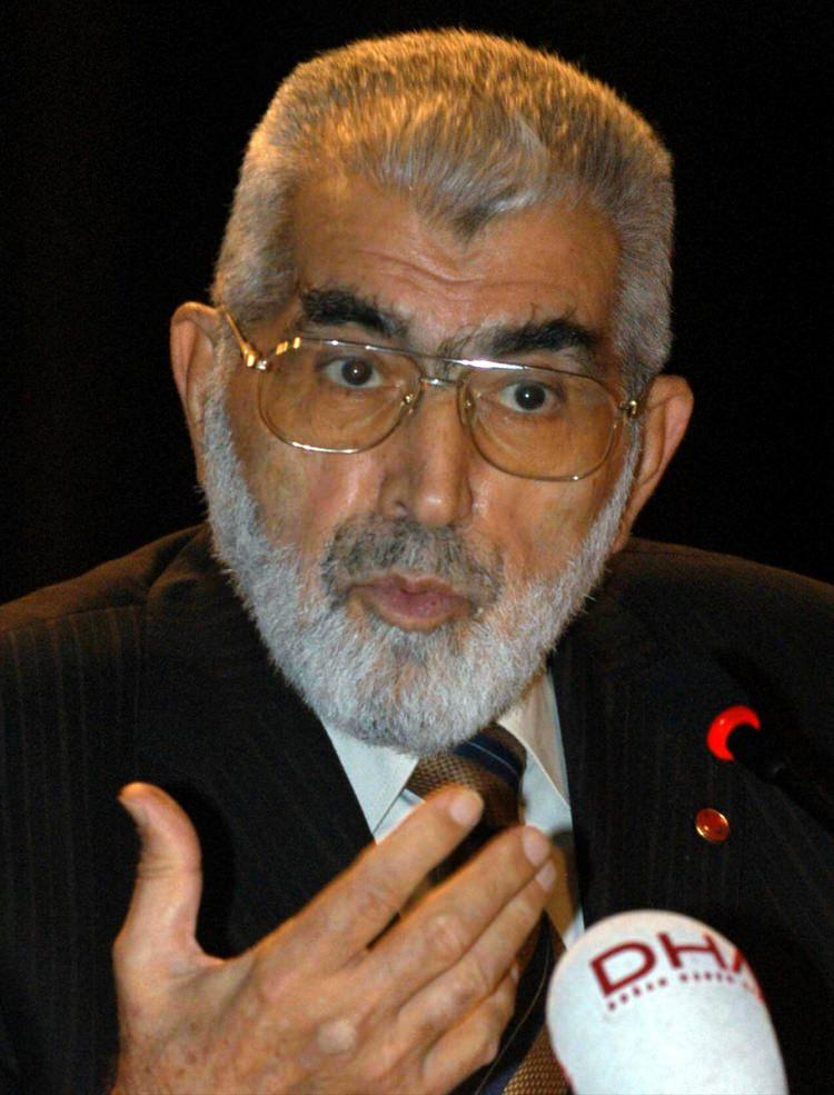 <p>Eski Devlet Bakanı Korkut Özal, 26 Kasım 2005'te Bahçeşehir Üniversitesi tarafından düzenlenen seminerde konuşurken.</p>