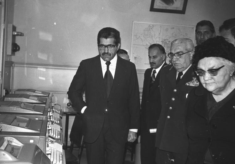 <p>Gıda Tarım ve Hayvancılık Bakanı Korkut Özal (solda), 1974'te Devlet Meteoroloji İşleri Genel Müdürlüğü'de inceleme yaparken.</p>