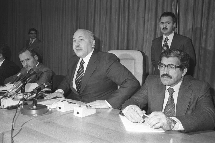 <p>Gıda Tarım ve Hayvancılık Bakanı Korkut Özal (sağda), 8 Ocak 1977'de düzenlenen basın toplantısında Devlet Bakanı ve Başbakan Yardımcısı Necmettin Erbakan ile görülüyor.</p>