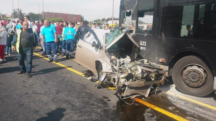 Metrobüs yolunda kaza, seferler durdu