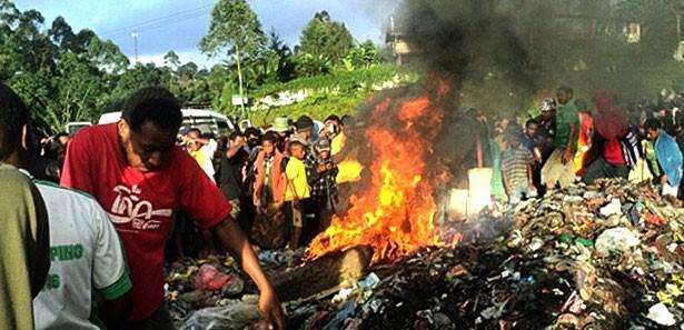 Papua Yeni Gine'de ortaçağ vahşeti!