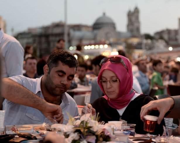 Taksim meydanını hınca hınç dolduran iftar