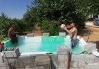 Çocukları için evinin önüne seyyar havuz yaptı