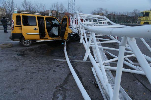 <p>Alınan bilgiye göre, Bursa-İzmir karayolu üzerinde inşaatı devam eden Timsah Arena Stadı'nın yapımında kullanılan vinç, sabah saatlerinde şiddetli lodos nedeniyle Acemler Kavşağı'nda, seyir halindeki 16 T 5541 plakalı taksinin üzerine devrildi.</p>