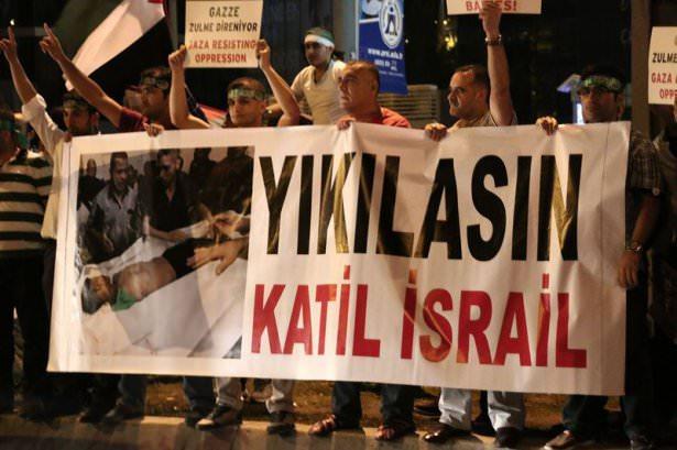 <p>Ellerinde Filistin bayrakları ile çeşitli döviz ve pankartlar taşıyan protestocular, zaman zaman tekbir getirerek, İsrail aleyhine sloganlar attı.</p>